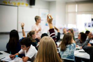 Imagen de una clase con alumnos protección de datos en centros educativos