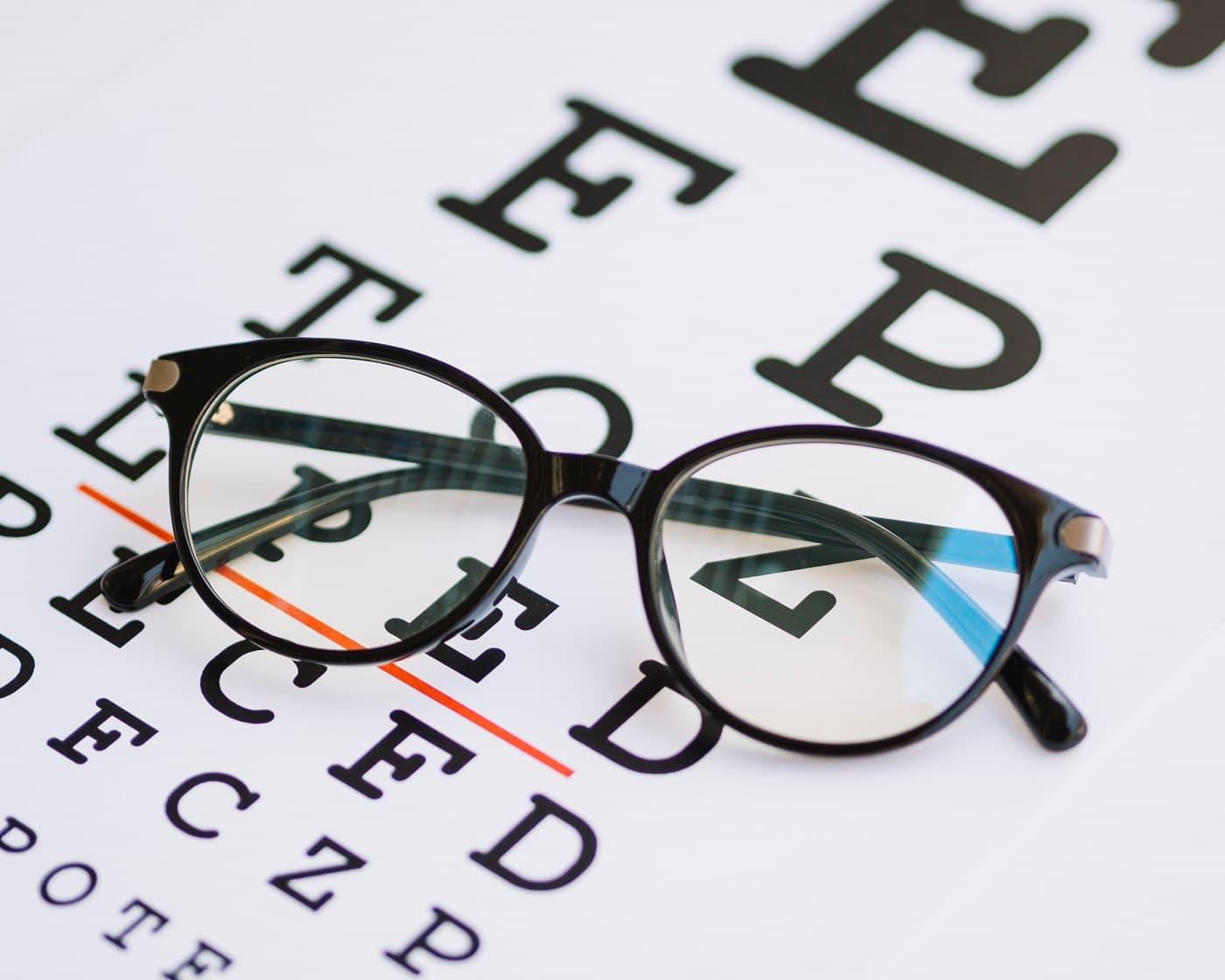 Protección de datos ópticas imagen conceptual de gafas y letras