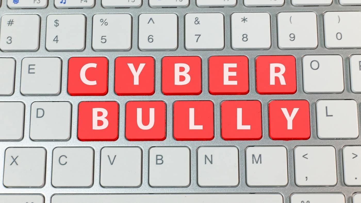 Concepto teclado ciberacoso ciberbullying