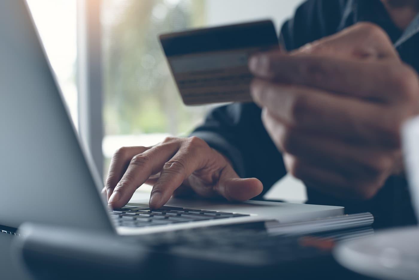 Usando tarjeta para compra online protección datos entidades financieras
