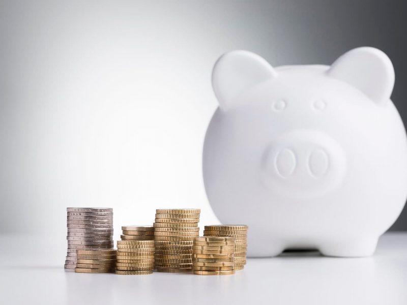 Portada hucha y monedas para protección datos entidades financieras