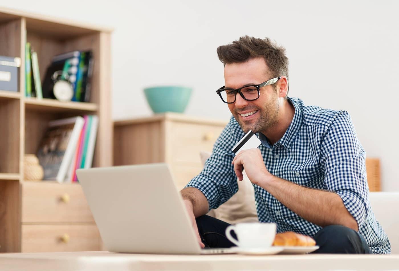 Hombre comprando en internet con tarjeta monedero